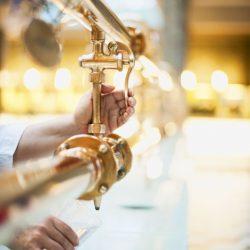 Heilwasser ausschenken (c) Bayer. Staatsbad Bad Kissingen GmbH_Foto Heji Shin