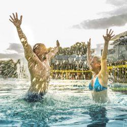 Freude in der Sole-Therme des Thermarium Wellness- und Gesundheitsparks_Fotograf Jan Buergermeister