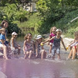 Kinderspaß im Muehlbach_Fotograf Jan Buergermeister