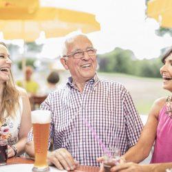 Lustige Unterhaltung im Biergarten des Sole-Aktiv-Parks _ Fotograf Jan Buergermeister